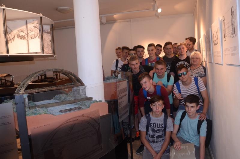 Učenici 1.D na otvorenju izložbe Faust Vrančić SB (800x530)